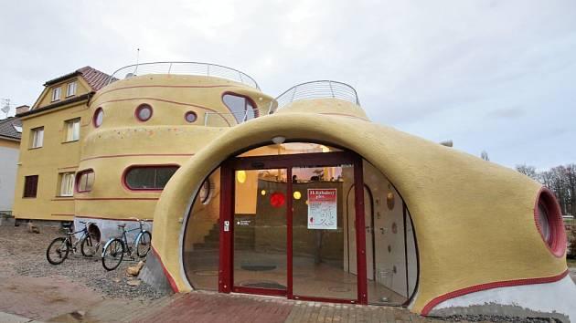 Milovat nebo nenávidět. Tak extrémní jsou názory na dům – sochu od Michala Trpáka, který navrhl pro českobudějovického zubaře Petra Kulovaného přístavbu, ve které jsou tři zubní ordinace, čekárna s akváriem, laboratoře, sklad a další zázemí.
