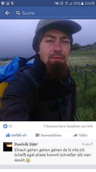 Chodec na svém facebooku.