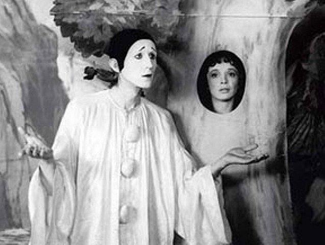 Vladimír Javorský sklidil za postavu pierota (figura francouzského lidového divadla) v seriálu pochvalné recenze. Pantomimě se věnoval už dříve a ve Francii byl členem výrazového divadla.
