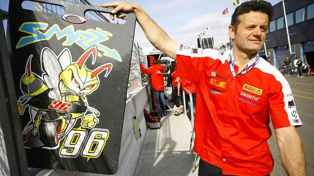 Příznivci motorismu znají Arnošta Zemena především jako bývalého výborného motokrosového závodníka. Nyní přesídlil na silnici, kde má v péči účastníka Poháru FIM stocksportů Matěje Smrže, jemuž na snímku poskytuje signalizaci od boxové zdi.