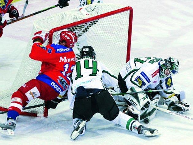 V utkání HC Mountfield České Budějovice – BK Mladá Boleslav se kvalitním výkonem blýskl brankář Jan Chábera. Na snímku Schnabel vytěsňuje v brankovišti Hudce.