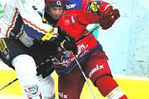Nezdolný bojovník Štěpán Hřebejk (v červeném) se neohroženě pustil do kladenského beka Nádašdiho. V neděli s Kladnem hokejisté Mountfieldu poprvé doma potěšili své fanoušky.