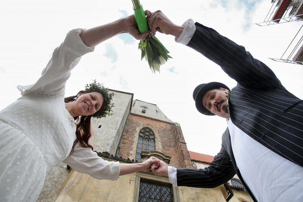 Květnou neděli oslavilo Velikonoční hrání svatebním průvodem