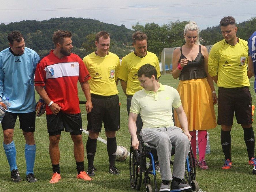 Hokejisté si v Roudném zahráli fotbal a pomohli dobré věci. Na léčbu handicapovaného Pavla Hronka přispěli částkou 300 tisíc Kč.