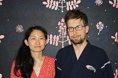 Umělkyně a bohemistka Hiromi Ogata z Japonska přivezla s manželem Pavlem Janštou své obrazy a básně haiku, které napsal na svatební cestě po Havaji. Manželé žijí nedaleko, ve Vodňanech.