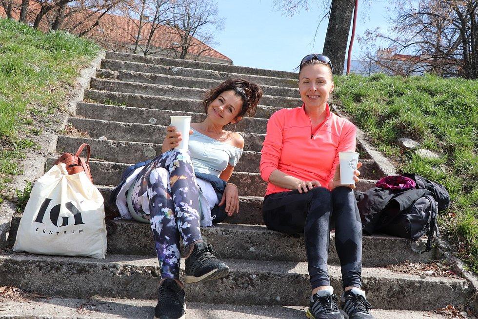 Jarní počasí v Českých Budějovicích vylákalo na procházky a jízdu na kole stovky lidí, kteří si užívali teplo a sluníčko.