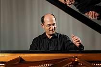 Klavírista Dinis Schemann.