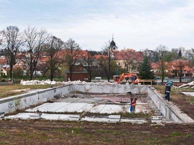 Demolicí zázemí začala obnova koupaliště. Na místě původního bazénu uloží stavebníci nerezovou vanu.