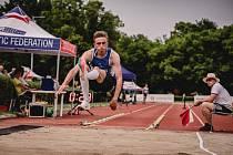 Tomáš Kratochvíl při skoku.