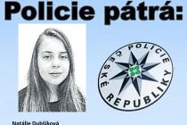 Dívčina je vysoká 150 až 155 cm, je střední postavy, má modré oči a dlouhé blond vlasy spěšinkou uprostřed. Na sobě měla černou mikinu a modré rifle, nesla žlutošedou tašku značky NIKE.