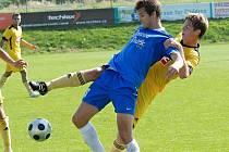 Lukáš Holub v zápase juniorky Dynama se Sokolem Ovčáry atakuje hostujícího Tomáše Hašlera.