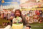 Režisér Zdeněk Troška představil včera v Týně nad Vltavou film Babovřesky 2. Ve městě, kterému se říká podle jiných Troškových komedií Kameňákov, na něj čekal dort.