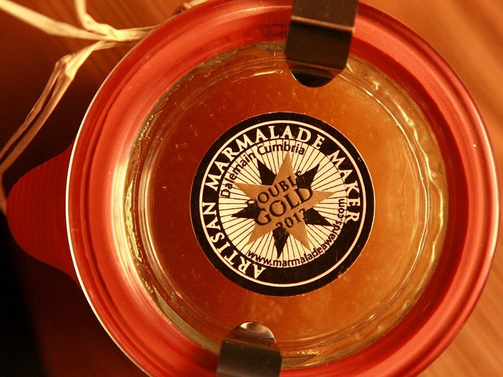 Skleničky s citronovou marmeládou Blanky Milfaitové už zdobí nálepka, jež dává gurmánům tušit, že si koupili nejchutnější džem na světě.