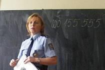 Policie beseduje se školáky.