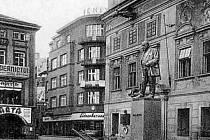 Pomník JUDr. Augusta Zátky před radnicí.