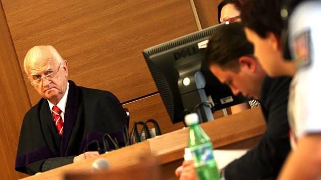 Ilona K. v pátek svého činu zalitovala. Přísedícím senátu, který její skutek posuzuje, je i bývalý primátor Č. Budějovic doc. Miroslav Tetter (vlevo).
