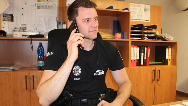 SPOKOJEN s prací městského policisty je i 24letý Michal Kobrle, jenž dálkově zdolává bezpečnostní studia. Má rád akční služby, takže mu vyhovují noční víkendové směny. Ale nemá rád agresivní opilce, kteří při převozu na záchytku nespolupracují.
