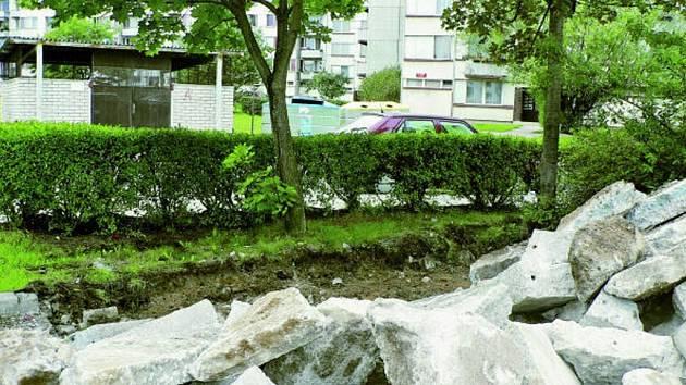 Trochu těsno bude v budoucnu na hranici rekonstruovaného parkoviště na sídlišti Máj. Ale část obyvatel okolních domů je spokojena, že se podařilo pro chudou sídlištní zeleň zachránit vzrostlé stromy.
