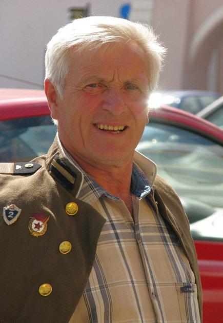 Dnešní šedesátník Valerij Finjuk se svou uniformou přes ramena.