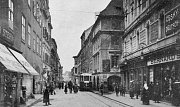 Historické snímky ukazují Krajinskou ulici v minulých dobách. Svého času zde jezdily i tramvaje.