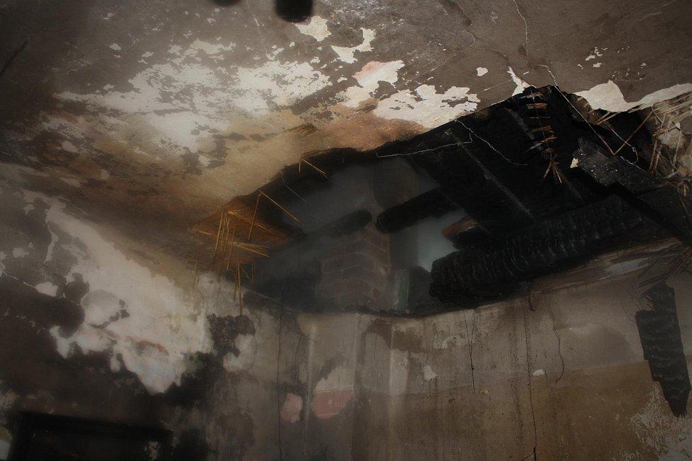 Ve čtvrtek po půlnoci vyráželi hasiči k požáru rodinného domu v Hluboké nad Vltavou.