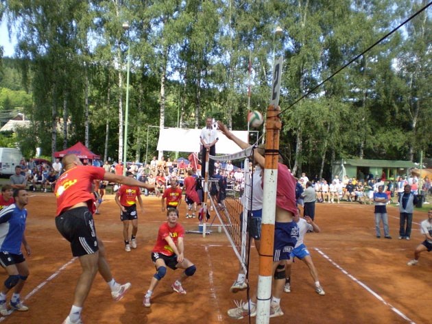 Čtvrté místo obsadil Jihostroj na prestižním turnaji v Dřevěnici. V konkurenci patnácti extraligových a prvoligových týmů třikrát prohrál, velký podíl na výkonech měla i únava.  Proti  bloku Benátek útočí univerzál Ventruba (vlevo ve výskoku).