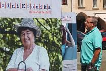 Ve čtvrtek začala na českobudějovickém náměstí výstava Národní kroniky Národ o sobě. Pavel Eremiáš si prohlíží velkoformátové fotografie osobností doplněné citacemi, čím je projekt Národní kronika oslovil.