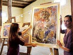 Díla Aleny Čermákové, ikony socialistického realismu, zaujmou. Výstava potrvá do 31. října, většina prací je prodaných, část peněz věnoval kurátor na charitu.