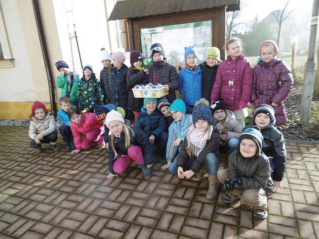 Žáci, kteří navštěvují školní družinu v Základní škole Dubné připravili pro místní osamělé seniory krásné dárky.
