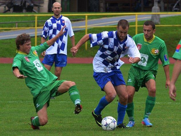 Hlubocký Tomáš Stráský v zápase krajského přeboru v Prachaticích uniká Václavu Caisovi a Martinu Kováčikovi.