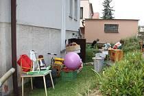 Úklid zaměstnal obyvatele Růžové ulice. Podle Marka Jeřábka sahala voda z přeplněné kanalizace v jeho garáži až po lýtka.