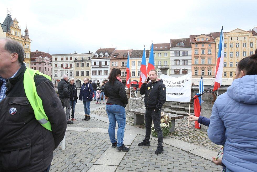 Na českobudějovickém náměstí Přemysla Otakara II. se v sobotu od 14 hodin demonstrovalo proti zpřísněným epidemiologickým opatřením.