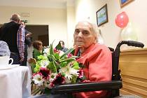 Blahopřání seniorům od zástupců vedení města je tradicí také v Českých Budějovicích. Na podzim 2014 se z gratulace k dožitým sto letům radovala i Růžena Jakešová.