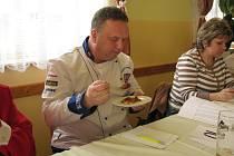Jindřich Petřík, šéfkuchař, ochutnává jeden ze soutěžních gulášů.