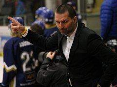 Trenér Luboš Rob. Juniorští hokejisté Motoru bojují v semifinále s Třincem, vítězem základní části.
