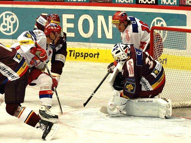 Lukáš Květoň (vlevo) tentokrát na svého bývalého spoluhráče Jana Cháberu nevyzrál, jeden gól mu však dal.