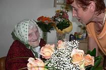 Nejstarší Jihočeškou je stošestiletá Růžena Rouhová. Na snímku jí přeje k jubileu Eva Valhová, ředitelka Domova pro seniory Dobrá Voda.