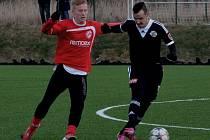 Jiří Kladrubský v přípravě Dynama s Pardubicemi (0:2) bojuje s Michalem Petráněm.