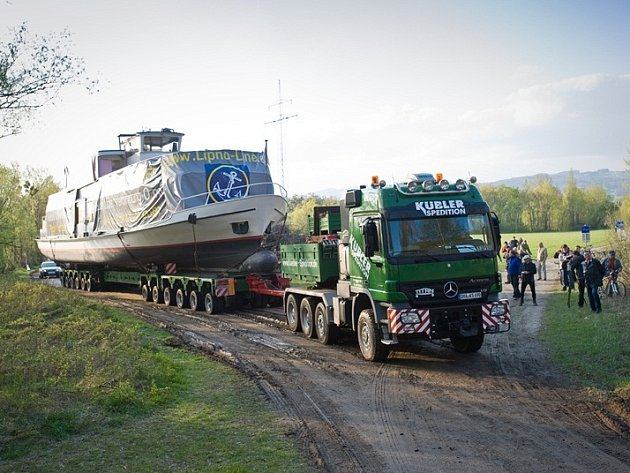 Obří loď jede z Lince na Lipno.