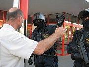 """Demonstrace na Máji 13. července. Uzavřený kordon těžkooděnců uzavřel ulici A. Barcala a nenechal projít ani jednotlivce do ulic, kde bydlí. """"Musíte to obejít,"""" byli nekompromisní policisté. Na snímku se chce dostat domů obyvatel ulice V. Volfa."""
