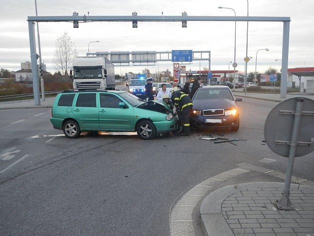 Při srážce dvou aut koncem října na křižovatce Jírovcova a Nádražní  nebyl nikdo naštěstí zraněn.
