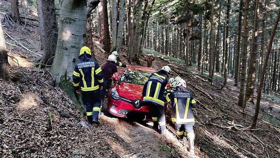 Hasiči zachraňují českému seniorovi auto.