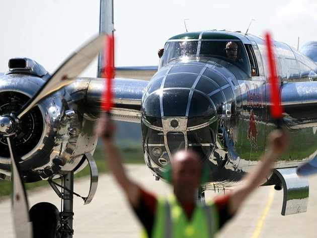 Letecká skupina Red Bull Flying Bulls z Hangáru 7 v Salcburku hostovala do včerejška na letišti v Plané u Českých Budějovic. Ve vzduchu i na zemi se představily slavné stroje, např. Lockheed P38 Lightning, kterým létal spisovatel Antoine de Saint-Exupéry.