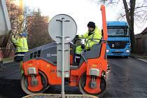 V Týně nad Vltavou nedokončila v čas práce na rekonstrukci některých vozovek firma Robstav. Na snímku práce na výpadovce na Tábor ve středu 6. prosince.