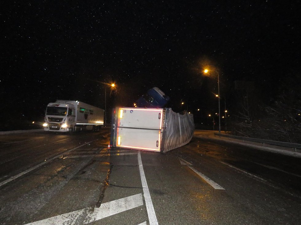 V Českých Budějovicích se časně ráno na kluzké vozovce na hlavním tahu na Písek převrátil kamion.