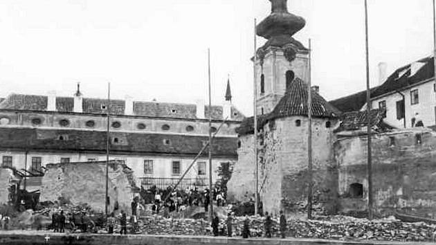 Bourání hradeb za klášterem v roce 1902.