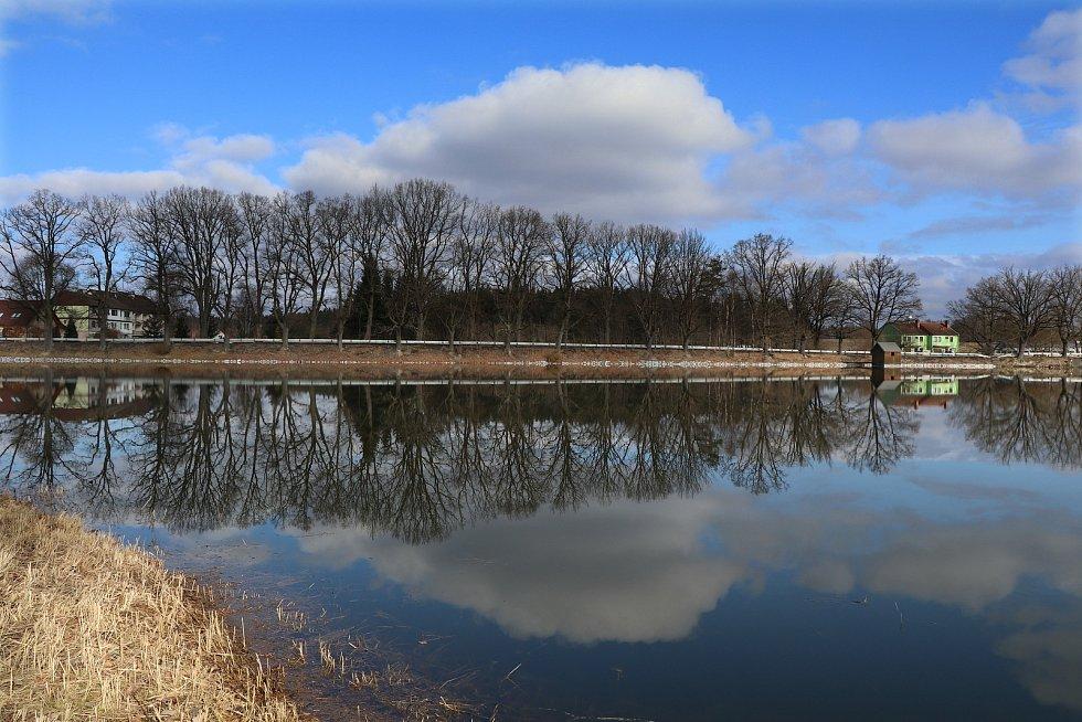 Rybník Žár u Nových Hradů v okrese České Budějovice je největší rybník v podhůří Nových Hradů a Trhosvinenska. Zároveň to je jeden z nejdříve doložených rybníků v České republice.