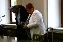 Soudní exekutorka Marcela Dvořáčková a její obhájce.