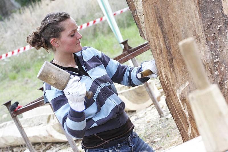 V Soběslavi pracuje šest sochařů na sympoziu, jehož téma jsou Živly. Vernisáž bude 11. září od 18 hodin, pak díla zaplní městské parky. Na snímku Magdaléna Staňková.