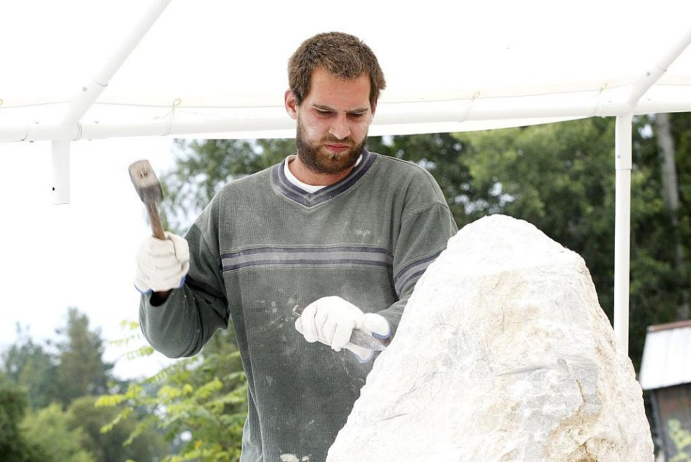 V Soběslavi pracuje šest sochařů na sympoziu, jehož téma jsou Živly. Vernisáž bude 11. září od 18 hodin, pak díla zaplní městské parky.